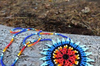 Плетем яркий этнический кулон из бисера