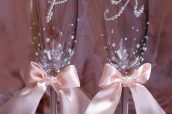 Свадебные бокалы своими руками: мастер-класс современного торжественного украшения